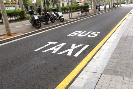 Bus Taxi sign painted on the road. Standard-Bild