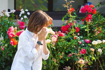 Teenager girl has allergy to flowers Stockfoto