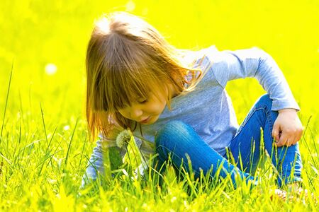 Little girl blowing dandelion Archivio Fotografico