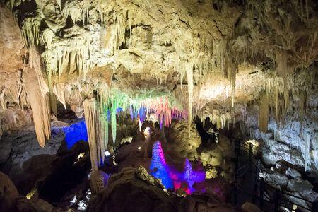 busselton: Illuminated Stalactites and stalagmites in Ngilgi cave in Yallingup