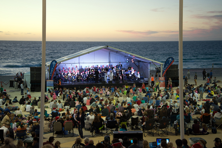 Families genieten karwei zang aan Christmas Carols 2015 evenement op Scarborough Beach in Perth Redactioneel