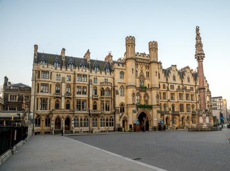 ロンドンのウェストミン スター寺院入口の隣にある建物の聖域 報道画像