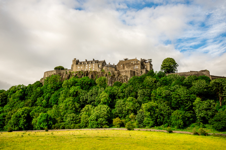 A summer view of Stirling Castle on top of the rocky hill in central Scotland 新聞圖片