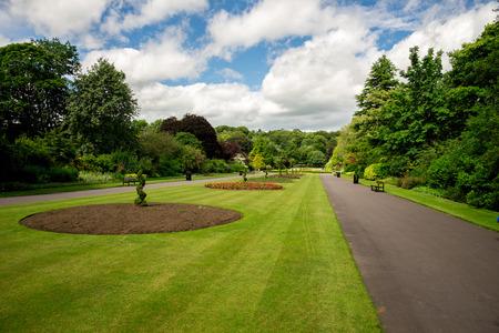 Centrale steeg met bloembedden in Seaton Park, Aberdeen, Schotland