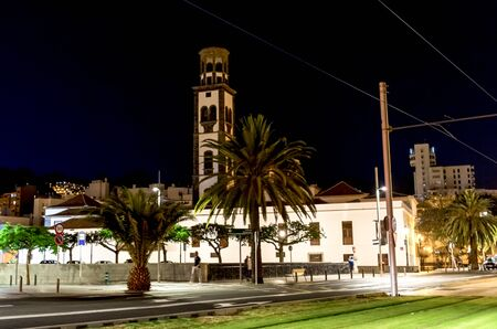 A night streetview of the Museum of Nature and Archeology (MUNA) at Santa Cruz de Tenerife, Canary Islands, Spain Redactioneel