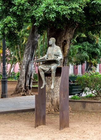 A statue of the sitting man as a part of the Redactioneel