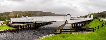 A closed swing bridge between Loch Oich and Caledonian Canal near Aberchalder, Scottish Highlands Stockfoto