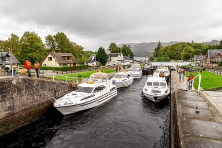 Several boats parked between locks waiting to enter the Caledonian Canal in Fort Augustus near Loch Ness, Scotland Redactioneel