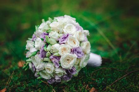 anillos boda: Novia de ramo de boda con flores de color púrpura