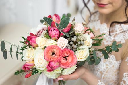 Mooie bruid met een bruiloft boeket