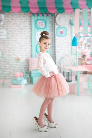 Mooi meisje in de schoenen van de moeder Stockfoto