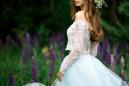 青いドレスの美しい花嫁