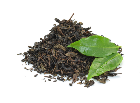 dry black tea leaves isolated on white Banque d'images