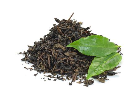 Trockenen schwarzen Tee Blätter isoliert auf weißem Standard-Bild - 32240071