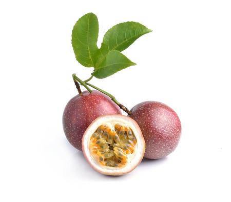 Passion fruit geïsoleerd op witte achtergrond
