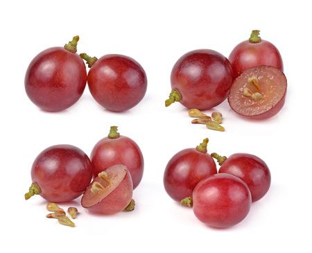 grapes: uvas rojas aisladas en fondo blanco