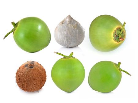 coco: coco fruta aisladas sobre fondo blanco.