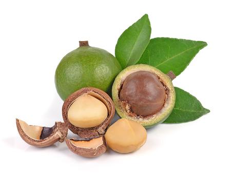 nueces de macadamia aisladas sobre fondo blanco