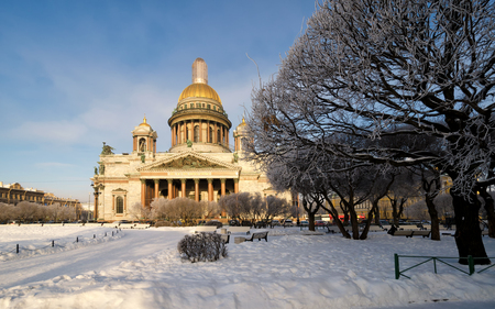 A view of St. Isaacs Cathedral in St. Petersburg on a sunny winter day. In the foreground there is a winter park. Sight. Stockfoto
