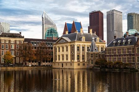 Stad Haag (Den Haag). Gebouw van het Parlement en Mauritshuis tegen de achtergrond van wolkenkrabbers. Geschiedenis en moderniteit Stockfoto