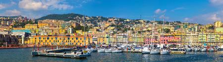 Panoramisch zicht op de haven van Genua (Genua), Italië. Uitzicht vanaf de zee naar de oude stad op zonnige zomerdag. Genua baai, haven, jacht op de pier. Centrum van de Ligurische Riviera. Toeristische bestemmingen