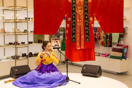 2016 년 3 월 8 일 : 한국, 인천 국제 공항. 전통 문화 체험 센터, 여객 터미널 - 민족 의상 민속 악기 연주 소녀 에디토리얼