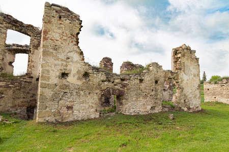 Scenic ruins of ancient castle Pidzamochok among green grass. Buchach region, Ternopil Oblast, Ukraine. Tourist landmark, tourist destination. Standard-Bild