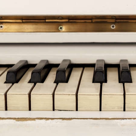 White pianoforte, front view instrument, musical instrument. learn to play the instrument at home. white large piano. piano keyboard. concert concept. 版權商用圖片