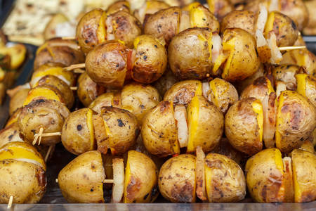 Vegetarian skewers with potatoes cooked on the grill. Banco de Imagens