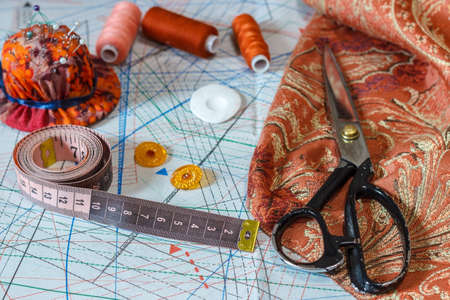 Still life of objects for sewing: threads, scissors, centimeter, pins. 스톡 콘텐츠