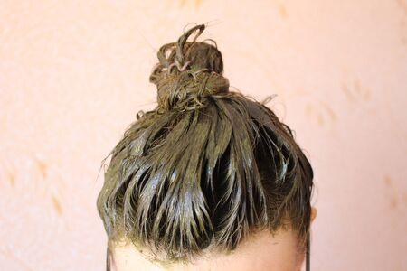 Un proceso de teñido del cabello con producto ecológico henna