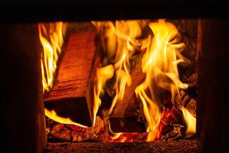 Holzverbrennung im Ofen in einem Haus im Winter