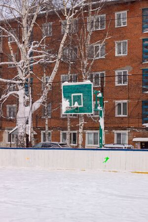 Basketball ring in winter on ice. Ice rink Stockfoto