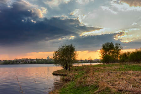 Dramatic sunset on the banks of the city pond. Stockfoto - 123245217