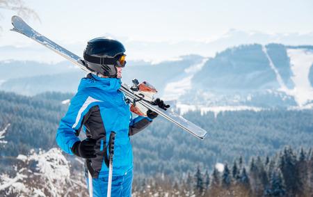 아름 다운 화창한 날에 겨울 스키 리조트에서 즐기는 스키 장비와 젊은 여성 스키어 행복 양성 휴가 여행 Bukovel 스톡 콘텐츠