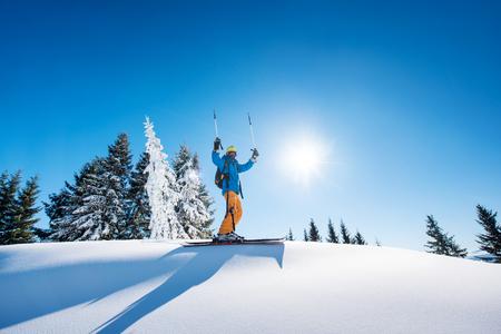 Bas angle, coup, de, a, heureux, skieur, tenue, ski, poteaux, élever, sien, bras, dans, les, air, accomplissement, direction, célébrer, gagnant, bonheur victorieux, positivity, gestation, recours, équitation, style de vie, extrême Banque d'images - 89419425