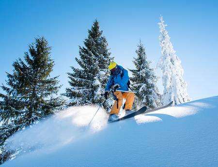 Photo d'un skieur de freeride professionnel skiant dans les montagnes sur une journée d'hiver ensoleillée nature récréation sportive active hobby lifestyle sport concept Banque d'images - 89419584