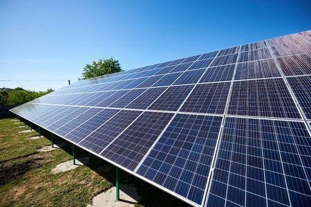 Innovatieve zonnepanelen gemonteerd op de gevel van een gebouw. nieuwe moderne technologie die gebruik maakt van hernieuwbare zonne-energie, waardoor natuurlijke, ecologische hulpbronnen worden bespaard. Milieuvriendelijk. Slim exterieur gebouw.