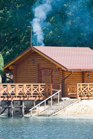 badhuis: Houten bad huis aan de rivier, buitenste oog