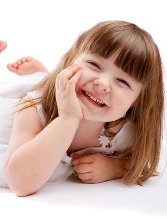 enfants qui rient: Belle jeune fille riant
