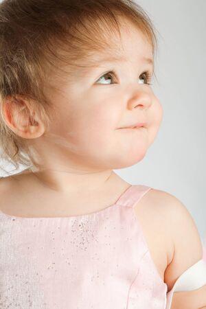 見上げてかわいい幼児の肖像画