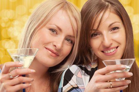 jovenes tomando alcohol: Dos amigos hermosa verm� potable Foto de archivo
