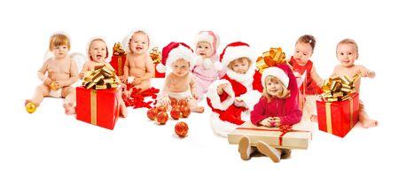 baby kerst: Groep van gelukkige santa kinderen