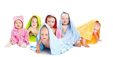 Amigos de bebé feliz en toallas de baño