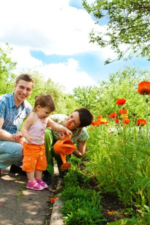 familia en jardin: Familia hermosa en el jard�n