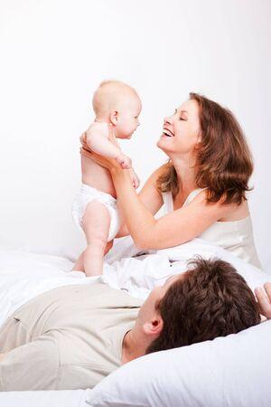 adultbaby: Lovely gl�ckliche Familie im Schlafzimmer  Lizenzfreie Bilder