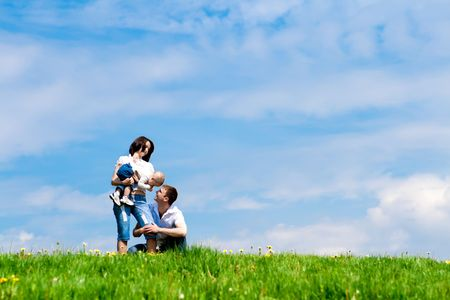the offspring: Padres alegres Younf jugando con sus hijos