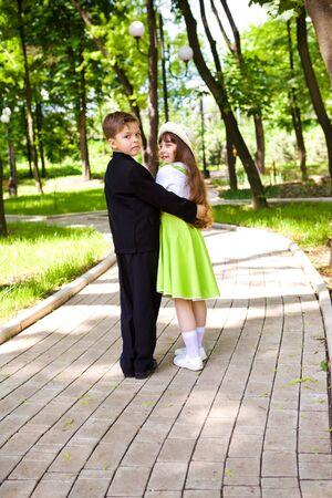 Een zoete preschool paar wandelen in het park