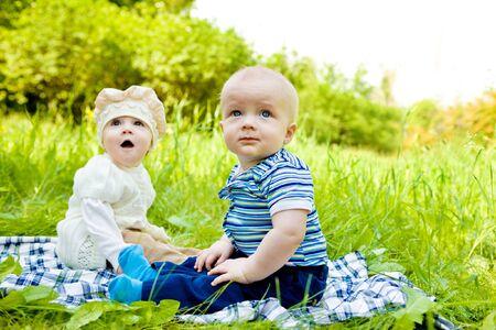 Trois bébés dans le parc de printemps