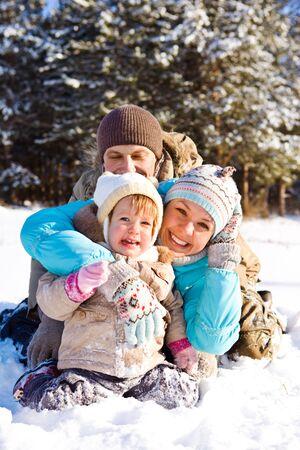 ropa invierno: Familia atractivo que se divierten en un parque de invierno